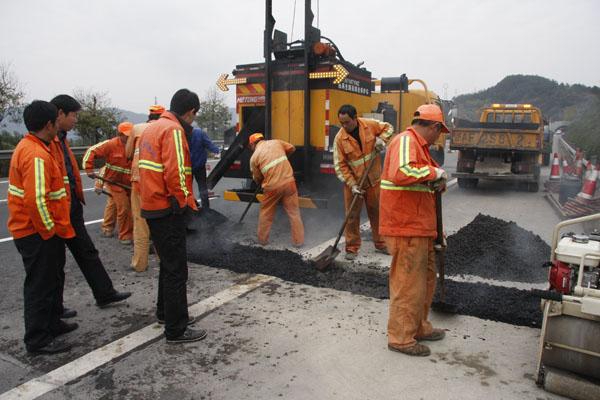 热再生路面养护车施工现场