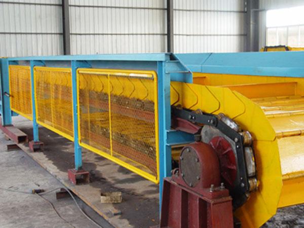 鳞板式输送机在冶金、煤炭、化工、电力、机械制造,尤其在现代化汽车制造流水线中均得到广泛的应用,它既可用于散装物料的水平或倾斜远距离输送,还可用于成件物品的输送,还可用于汽车车身厂的冲压废料输送,而且还能满足600-700°C高温物料的输送要求,输送能力大、线路布置灵活、倾角可达35度、运行平稳,安全可靠。